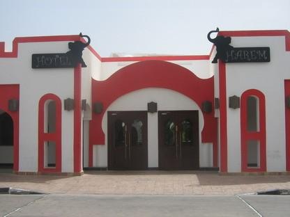 Ieeja Harem viesnīcu uzņēmšanas dienestā. Viesu uzņemšanā ir valūtas maiņa, internets, bezmaksas seifi un Budget taksometru īre