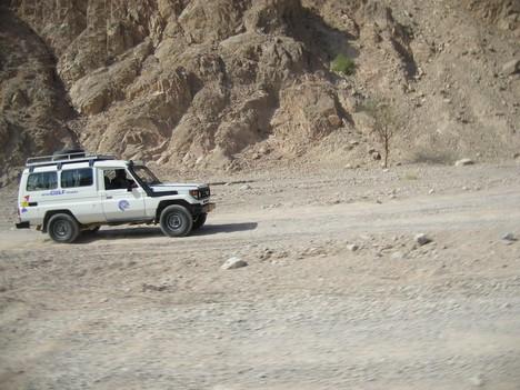 Džipu ātrums tuksnesī sasniedz pat 120 km/h