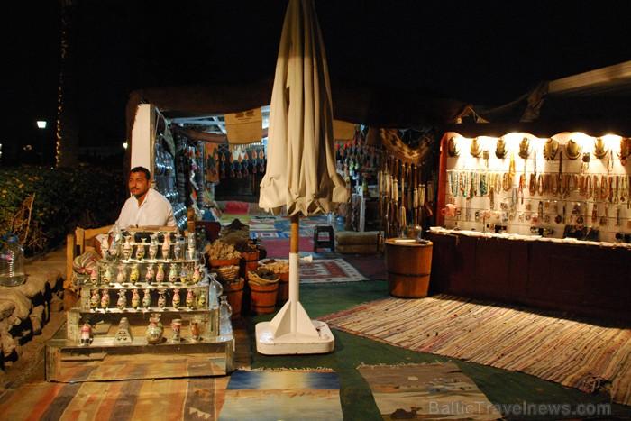 Suvenīru tirgotājs strādā pat naktī - www.novatours.lv