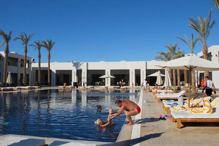 Jau no paša rīta ģimenes izmanto viesnīcas baseinu  - www.novatours.lv