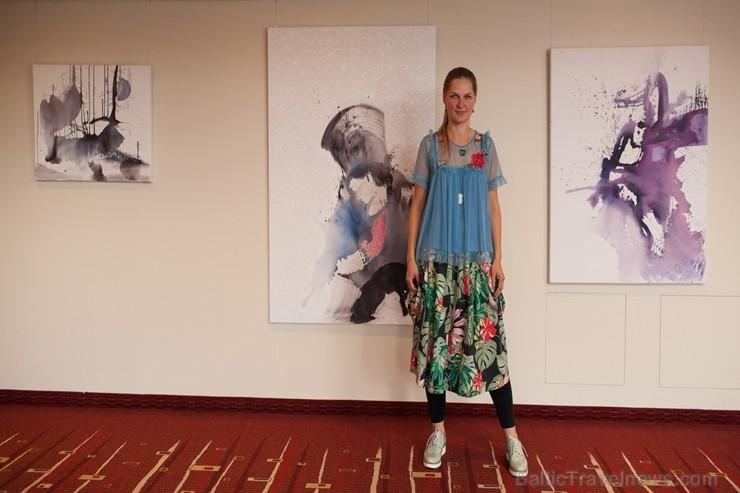 Viesnīcā «Radisson Blu Elizabete» atklāta Kristīnes Kutepovas mākslas darbu izstāde