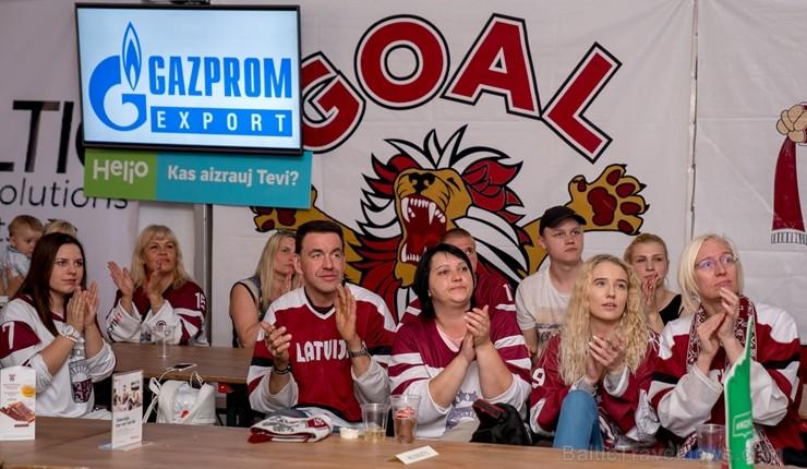 Kaislīgākos hokeja fanus, kā ik gadu, pulcē Hokeja fanu māja pie «Islande Hotel»
