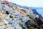 Santorini ir viens no iecienītākajiem romantiķu galamērķiem, kas vilina ar  pārsteidzošām panorāmām, romantiskiem saulrietiem un vulkānisko smilšu plu 1