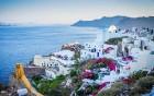 Santorini ir viens no iecienītākajiem romantiķu galamērķiem, kas vilina ar  pārsteidzošām panorāmām, romantiskiem saulrietiem un vulkānisko smilšu plu 2