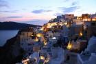 Santorini ir viens no iecienītākajiem romantiķu galamērķiem, kas vilina ar  pārsteidzošām panorāmām, romantiskiem saulrietiem un vulkānisko smilšu plu 3