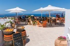 Santorini ir viens no iecienītākajiem romantiķu galamērķiem, kas vilina ar  pārsteidzošām panorāmām, romantiskiem saulrietiem un vulkānisko smilšu plu 4