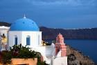 Santorini ir viens no iecienītākajiem romantiķu galamērķiem, kas vilina ar  pārsteidzošām panorāmām, romantiskiem saulrietiem un vulkānisko smilšu plu 7