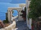 Santorini ir viens no iecienītākajiem romantiķu galamērķiem, kas vilina ar  pārsteidzošām panorāmām, romantiskiem saulrietiem un vulkānisko smilšu plu 9