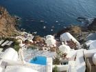 Santorini ir viens no iecienītākajiem romantiķu galamērķiem, kas vilina ar  pārsteidzošām panorāmām, romantiskiem saulrietiem un vulkānisko smilšu plu 12