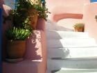 Santorini ir viens no iecienītākajiem romantiķu galamērķiem, kas vilina ar  pārsteidzošām panorāmām, romantiskiem saulrietiem un vulkānisko smilšu plu 15