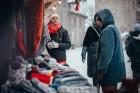 Cēsīs, gaidot Ziemassvētkus, pilsētas iedzīvotāji un viesi pulcējās kopā uz egles iedegšanu, tirdziņos meklēja un atrada gardas dāvanas un klausījās b 6