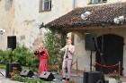 Ar galminieku izklaidēm, cirka mākslinieku un improvizatoru izrādēm,  koncertu un citām nebēdnībām Jaunpils pilī svin svētkus «Ēverģēlības pils galmā» 39