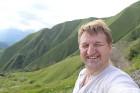 Cilvēki kalnos priecājas kā mazi bērni. Atbalsta: Georgia.Travel 17