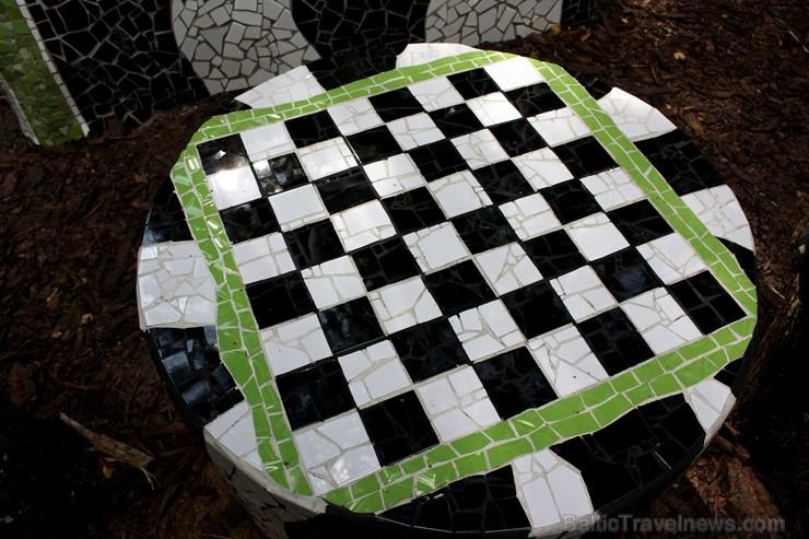 Gulbenes novadā Stradu pagasta esošajā Stāķu parkā, ir izvietots dīvāns, atpūtas krēsls un galds, uz kura var spēlēt šahu, un tas viss veidots skaistā