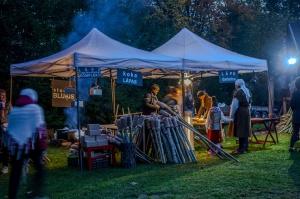 Vienkoču parkā norisinājās Uguns Nakts, kura mērķis ir vienu īso rudens dienu padarīt ilgāk gaišu, dot iespēju uzlādēt sevi ar sveču gaismu un siltumu 15