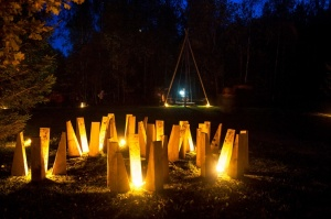 Vienkoču parkā norisinājās Uguns Nakts, kura mērķis ir vienu īso rudens dienu padarīt ilgāk gaišu, dot iespēju uzlādēt sevi ar sveču gaismu un siltumu 24