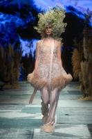 31. Rīgas modes nedēļas programma ietvērai labāko Latvijas modes mākslinieku un ārvalstu dizaineru 2020. gada pavasara-vasaras sezonas kolekciju skate 62