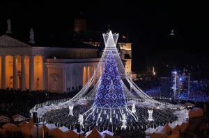 Viļņā iededz vienu no skaistākajām Ziemassvētku eglēm Eiropā 3