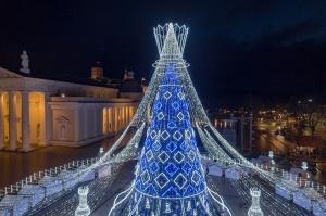 Viļņā iededz vienu no skaistākajām Ziemassvētku eglēm Eiropā 13