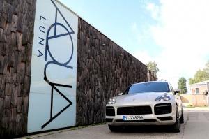 Travelnews.lv apceļo Rīgu ar jaudīgo un jauno «Porsche Cayenne GTS» 11