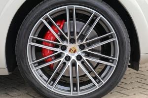 Travelnews.lv apceļo Rīgu ar jaudīgo un jauno «Porsche Cayenne GTS» 31