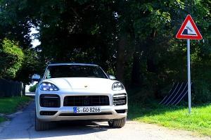 Travelnews.lv apceļo Rīgu ar jaudīgo un jauno «Porsche Cayenne GTS» 47