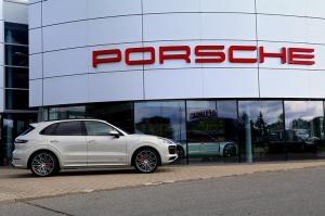 Travelnews.lv apceļo Rīgu ar jaudīgo un jauno «Porsche Cayenne GTS» 60