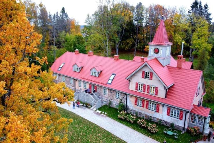 «Rankas muiža» ietērpusies košās rudens krāsās. Foto: Rankasmuiza.lv