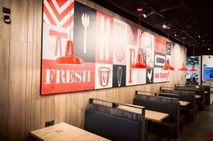 Rīgā durvis ver jauns KFC restorāns. Foto: Otto Strazds 7