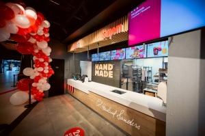 Rīgā durvis ver jauns KFC restorāns. Foto: Otto Strazds 9