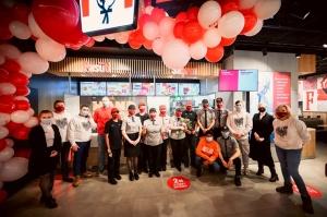 Rīgā durvis ver jauns KFC restorāns. Foto: Otto Strazds 14